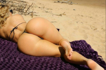 Блондинка загорает на пляже