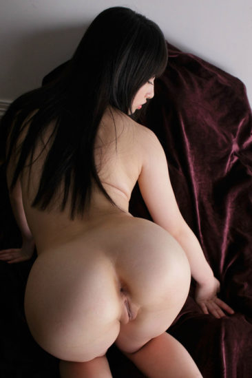 Азиатка показала свои прелести