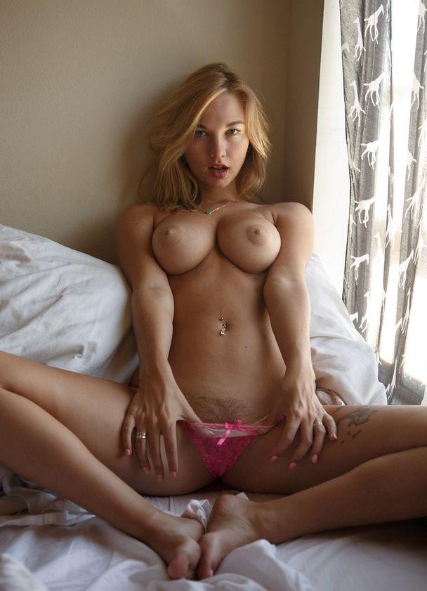 Блондинка с мохнаткой