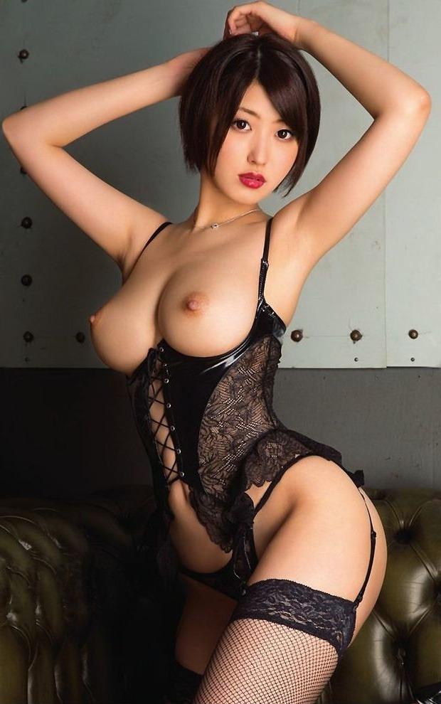 Сексуальная азиатка в чулках и корсете показывает свои дыньки