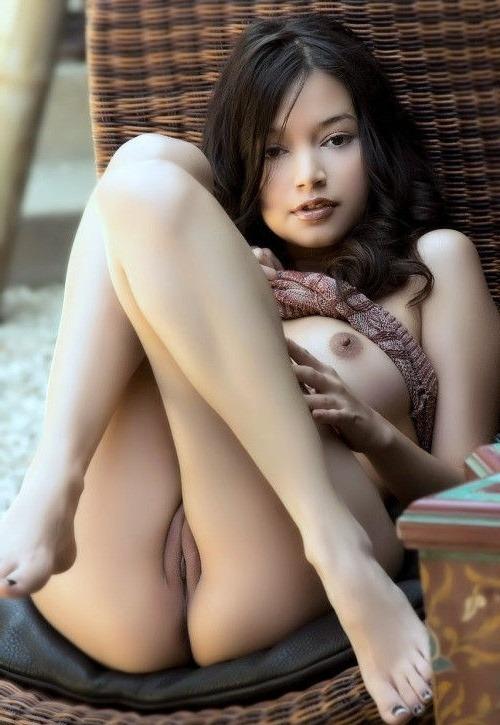 Сексуальная брюнеточка подняла ножки и открыла вид на свою пилотку