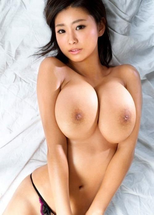Сексуальная японка показывает свою большую грудь