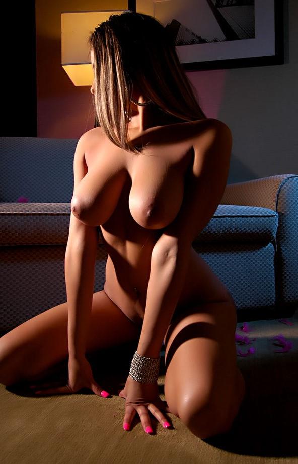 Сексуальная красотка разделась до гола и показала всем свои сиськи