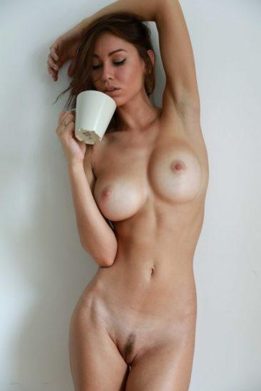 Голая девушка с волосатой пиздой пьёт кофе