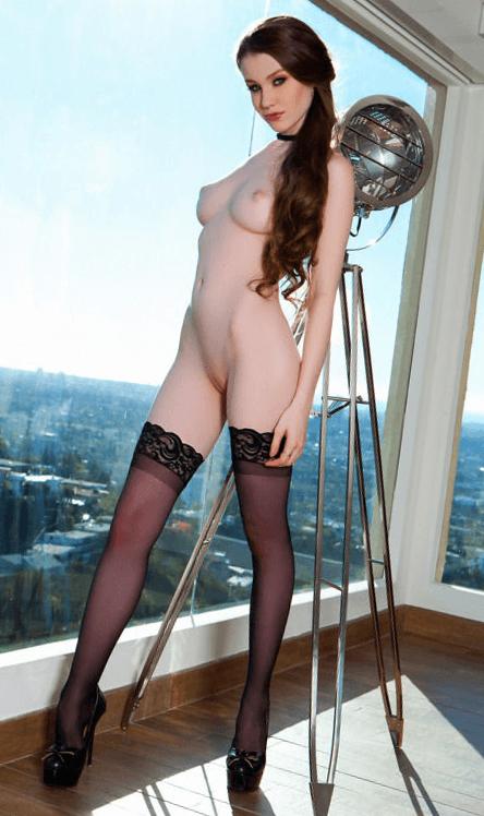 Роскошная Эмили Блум в чулках показывает обнаженное тело