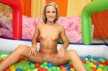 Худая блондинка с каре раздвинула ноги сидя на полу среди шаров