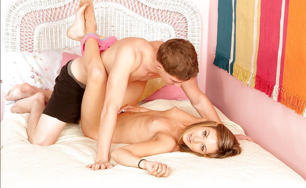 Парень выебал свою подружку у неё в комнате