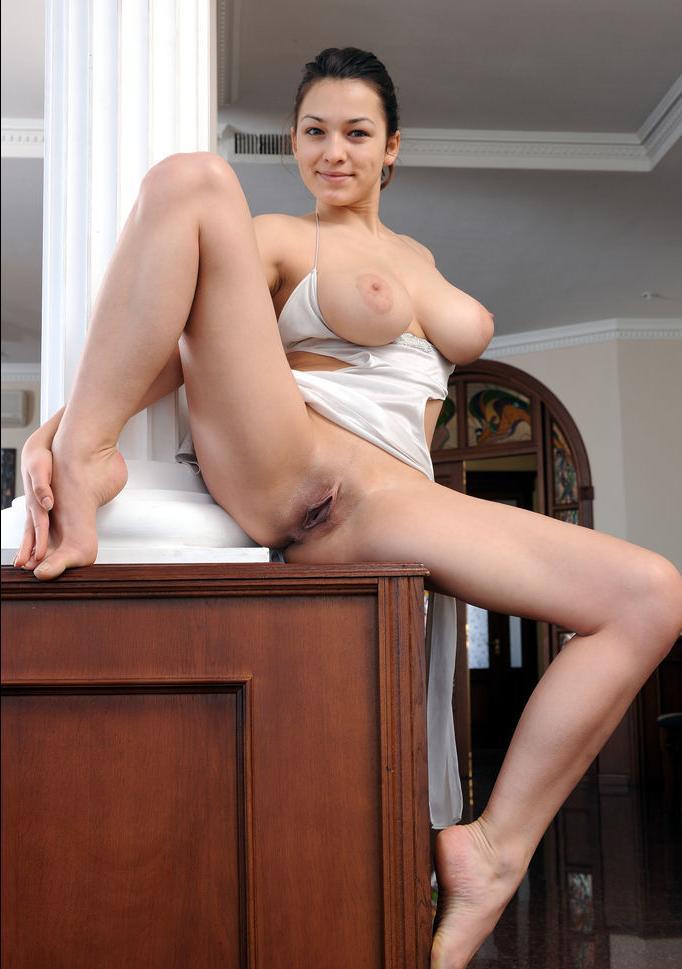 Домохозяйка показала пизду и большие сиськи