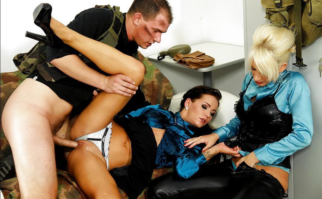 Военных трахнул двух офисных работниц