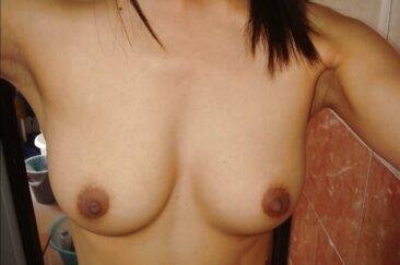 Красивая женская грудь с сосками крупным планом